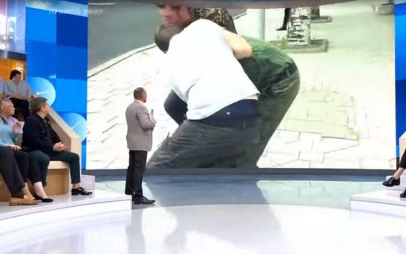 На военного корреспондента из России напали в прямом эфире: видео произошедшего