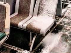 Обнищание: троллейбусы в Киеве не на что отапливать. В салонах лежит снег