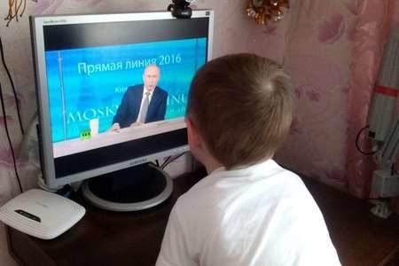 Ребенок у телевизионного экрана