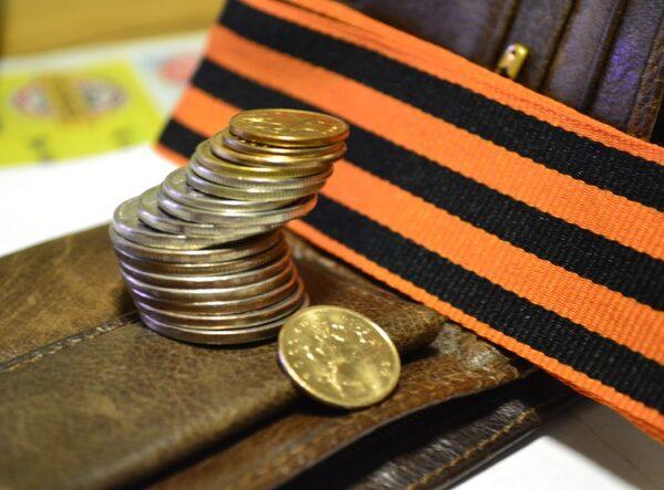 При выслуге больше 20 лет размер выплат устанавливается как 50% от суммы денежного довольствия пл 3% за каждый год выслуги свыше.