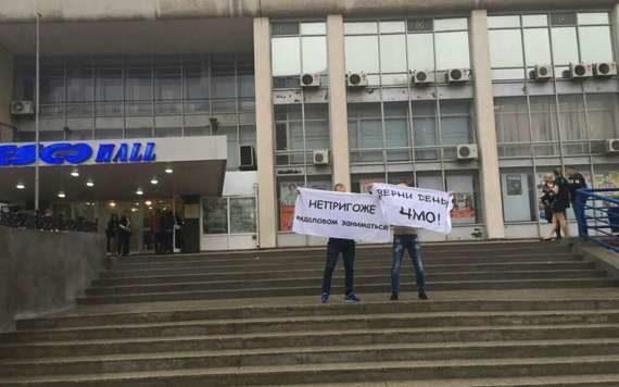 певицу Валерию встретили в столице Приморья оскорбительными плакатами