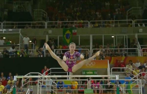 китайская гимнастка выполняет упражнение