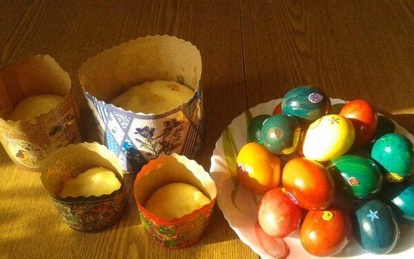куличи и крашеные яйца