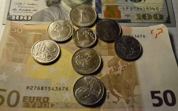 Курс доллара и евро в Москве на сегодня 02.06.2015 отыгрывается на рубле, эксперты прогнозируют не утешительные результаты. Мнение экспертов относительно рубля, нефти, доллара и евро. Информация от Сбербанка.