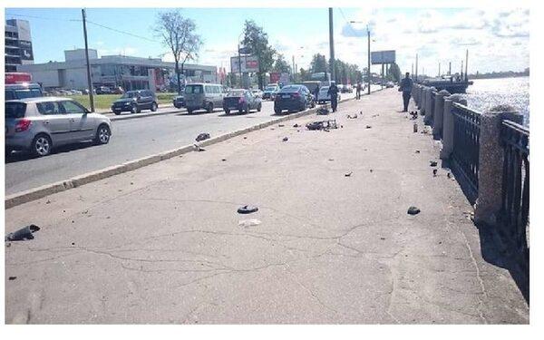 В Петербурге ДТП: мотоцикл разлетелся на куски и загорелся, байкера «переломало всего»