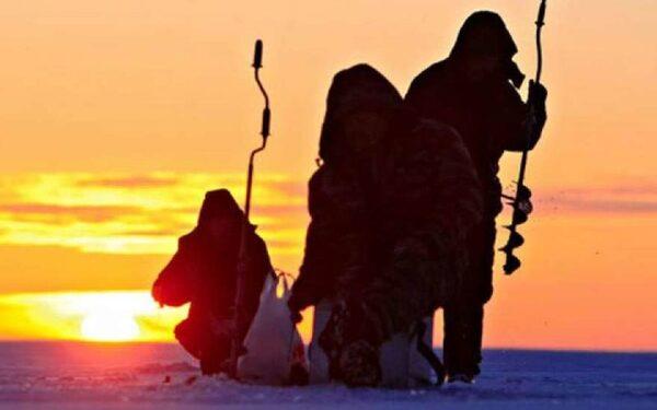 Спасатели петербурга эвакуировали рыбаков со льдины в Финском заливе