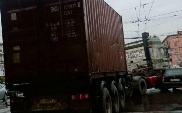На улице Руставели ДТП с фурой перекрыло движение