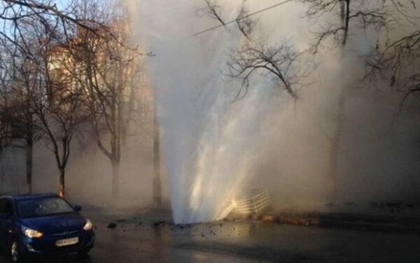 Авария в Киеве: прорыв трубы спровоцировал 10-метровый фонтан воды