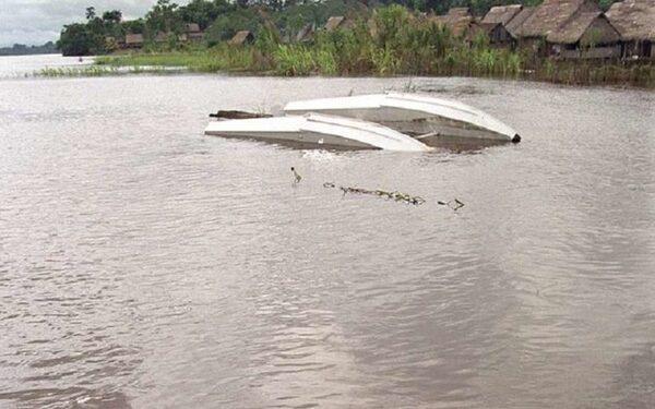 Самолёт упал в озеро