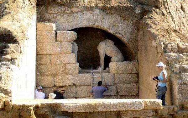 Древняя гробница в Амфиополе