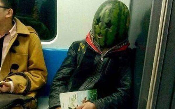 Китайская полиция ищет пассажира с арбузом на голове, который в метро напугал людей