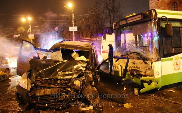 В Нижнем Новгороде на площади Минина автобус-гармошка раздавил автомобиль Toyota