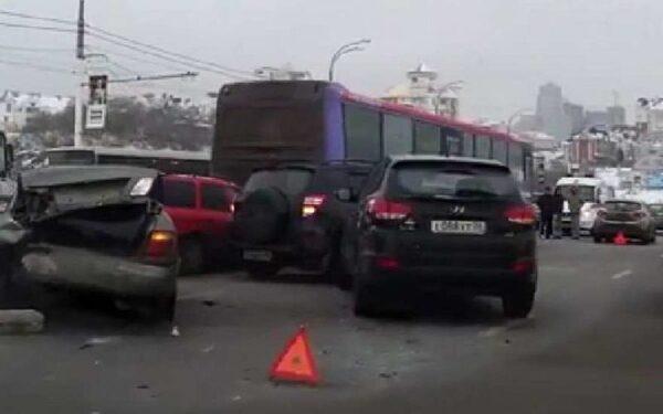 Массовая авария в Воронеже на Чернавском мосту: столкнулись 8 легковушек и автобус, есть пострадавшие