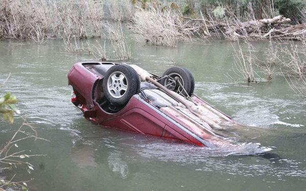В Ростовской области «десятка» упала с моста в реку