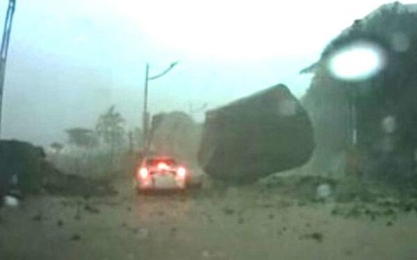 камнепад перекрыл дорогу