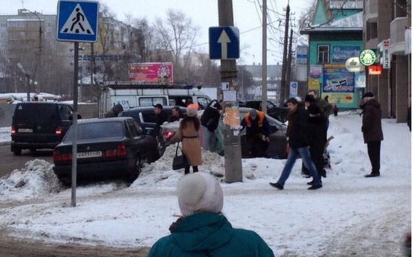 В Архангельске BMW вылетел на тротуар и сбил двух пешеходов