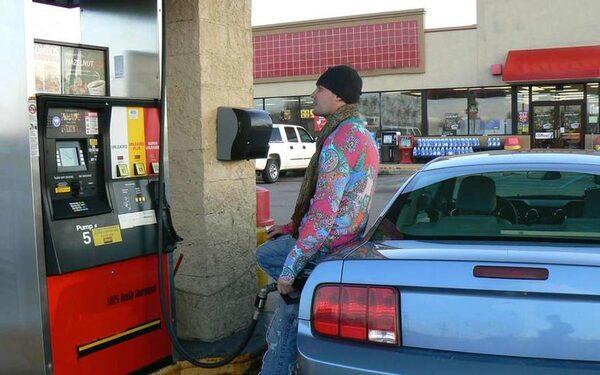 Цена на бензин в США упала до минимума с апреля 2009 года