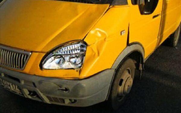 В Москве на пешеходном переходе маршрутка сбила человека