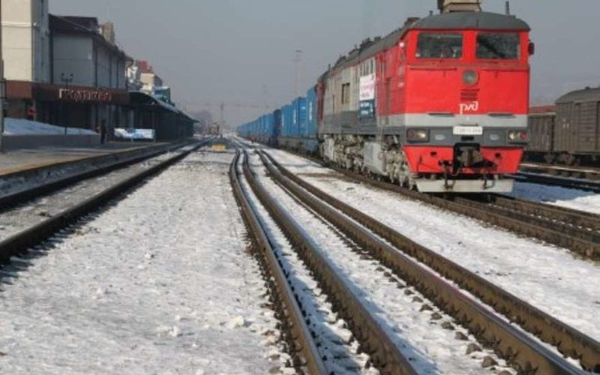Из-за непогоды на Дальневосточной железной дороге скопилось более 100 грузовых поездов
