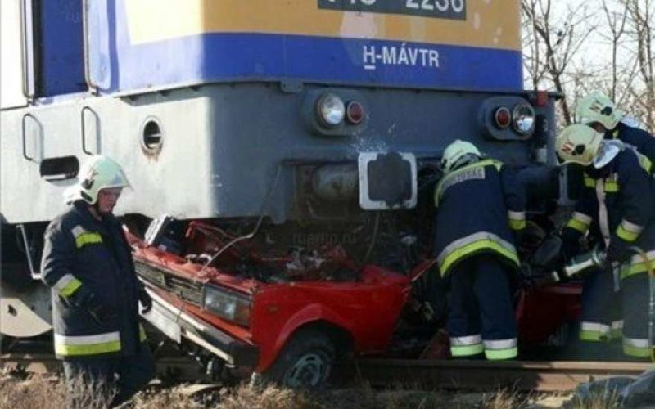 Под Казанью поезд раздавил легковушку