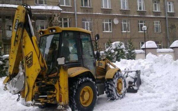 В Архангельске на школьников тракторист высыпал ковш снега