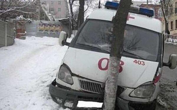 В Кузбассе машина скорой помощи врезалась в дерево