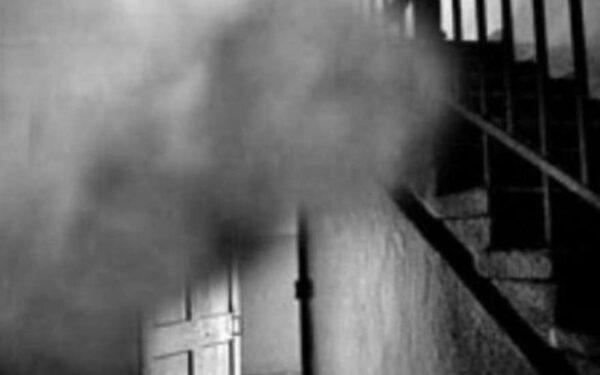 В многоэтажном ветхом доме загорелся мусор на лестничной площадке