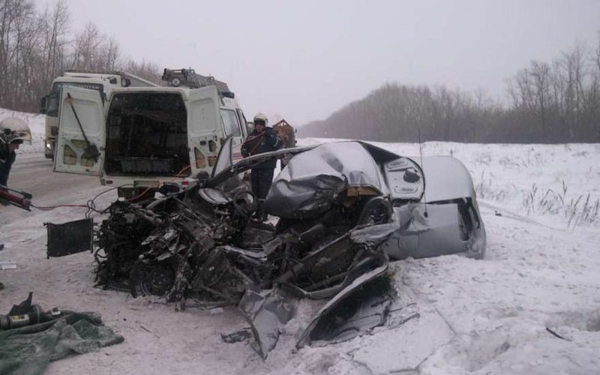 В Пугачевском районе под Саратовом «Hyundai» врезался в грузовик, двое погибли