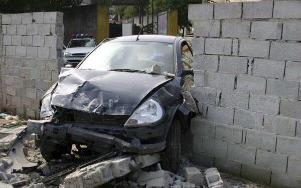 Женщина сбила пешехода и стену