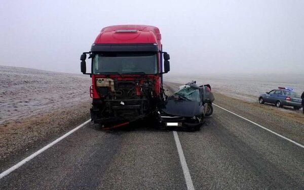 В Калмыкии при столкновении легковушки с грузовиком погибли три человека