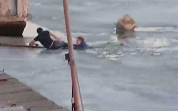 Полицейские спасли женщину, упавшую с причала в морском порту Сочи