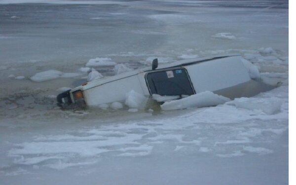 В Красноярском крае под лед провалился автомобиль