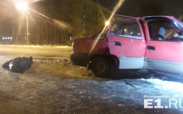 В центре Екатеринбурга иномарка влетела в опору моста