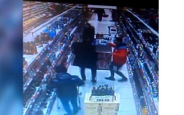 В Екатеринбурге танцоры лезгинки украли целую тележку алкоголя из магазина