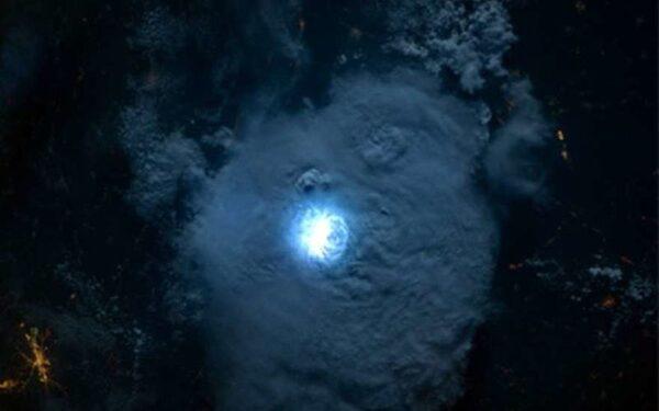 Астронавты МКС сделали снимки молнии из космоса