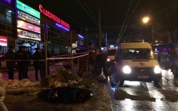 В Новгороде водитель протаранил группу людей на остановке, есть погибшие и раненые