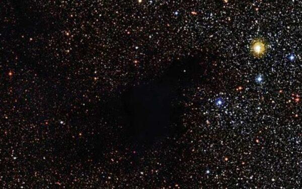 Астрономы зафиксировали темное облако, заслонившее звезды