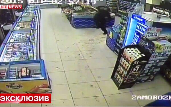 В Москве вор бросался в продавцов продуктами, сотрудникам понадобилась психологическая помощь ФОТО, ВИДЕО