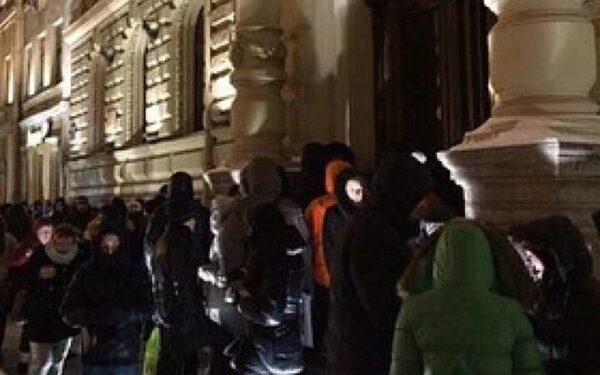 В Петербургские Загсы выстраиваются очереди в несколько сот человек