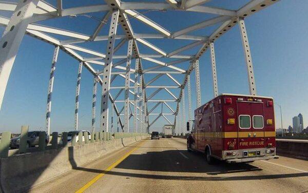 В США 25-летний мужчина сбросил с моста 5-летнюю дочь, девочка погибла