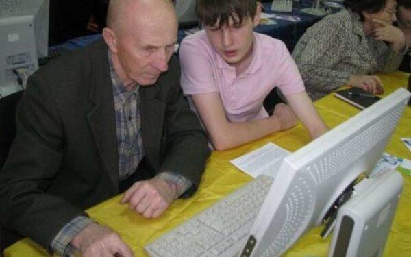 Пенсионеров научат пользоваться компьютером