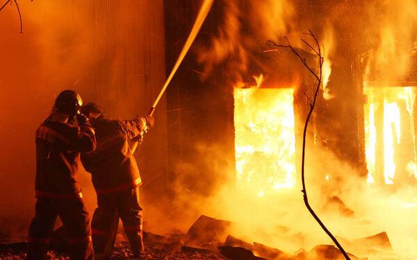 В Якутии пожарные отстояли двухэтажный дом на 12 квартир, пострадавших нет ФОТО