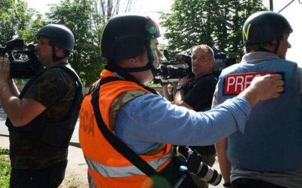 Российские журналисты смогли увернуться от обстрелов и мин в Донецке