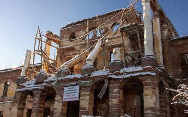 В Ропшинском дворце упали колонны