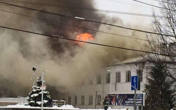 В Ростове-на-Дону горит здание прямо в центре – много ФОТО, данные о первых пострадавших
