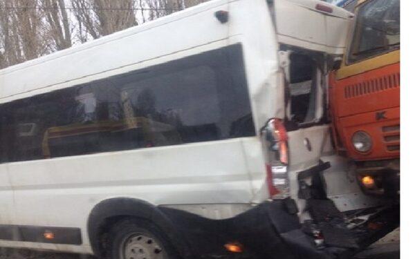 В Саратове КамАЗ протаранил маршрутку