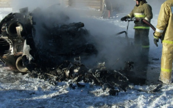 В Алтайском крае пассажирский вертолёт сгорел дотла после посадки, люди чудом выжили ФОТО
