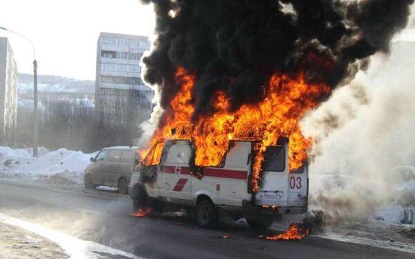 В Москве полностью сгорела машина скорой помощи