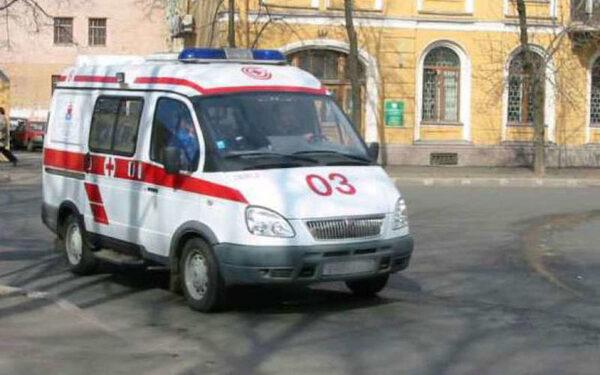 В центре Ростова водитель Renault влетел в здание горбольницы