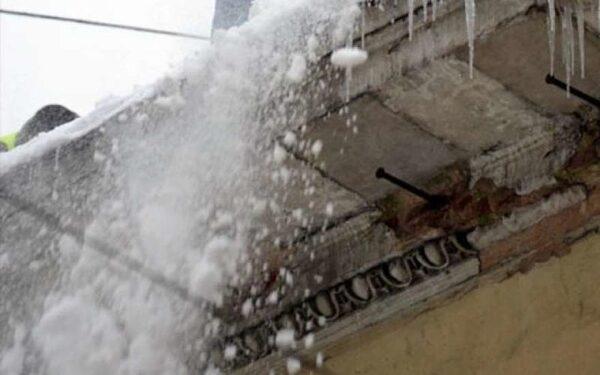 В Уфе коммунальщики сбросили снежную глыбу на 8-летнего ребенка